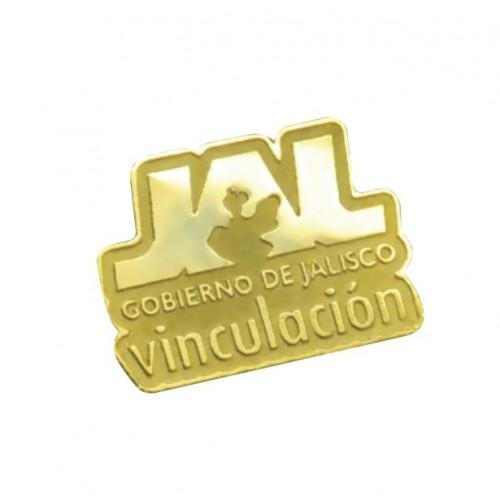 PIN DE ALUMINIO CON TACHUELA 2.5 X 2.5 CMS FOTOGRABADO PLATA O DORADO